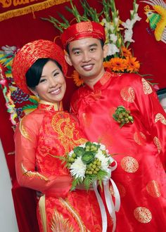 It'd be great for a wedding if it's in WHITE! Vietnamese Traditional Dress, Traditional Dresses, Lace Ao Dai, Asian Wedding Themes, Ao Dai Wedding, Ao Dai Modern, Wedding Attire, Wedding Dresses, Chiffon
