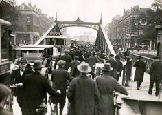 de oude brug over de Koningshaven...Deze brug is in 1929 vervangen door de huidige Koninginnebrug... Ook de oude brug heette al vanaf dat zij in 1880 was gebouwd Koninginnebrug. In de aanloop naar de bouw van de nieuwe Koninginnebrug heeft er in het verlengde van de Oranjeboomstraat een hulpbrug gelegen waarover toen 23 oktober 1926 voor het eerst een tramverbinding met de Linker Maasoever tot stand was gebracht.