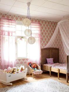 Vanhassa talossa asuvan pienen tytön huone on sekoitus patinaa ja pinkkiä.  | Unelmien Talo&Koti Kuva: Hanne Manelius Toimittaja: Ilona Pietiläinen