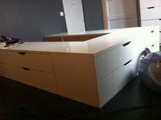 Un lit avec des rangements STOLMEN