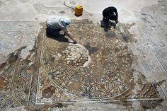 15/05/2013 Une splendide mosaïque de l'époque byzantine a été dévoilée dans le Kibboutz Bet Qama, dans le sud d'Israël. Elle a été découverte alors que les autorités préparaient l'extension de l'autoroute à péage qui traverse Israël. Une sondage de terrain a ainsi permis de découvrir les restes d'un village byzantin, dont cette remarquable mosaïque, constituait le sol d'un ancien bâtiment de 12 mètres sur 8.