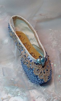 Pale blue and silver decorated pointe shoe. Pointe Shoes, Toe Shoes, Ballet Shoes, Dance Shoes, Ballet Dancers, Shoe Crafts, Ballet Crafts, Tutu, Ballerina Project