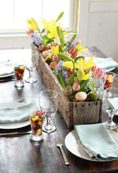 Voici des idées déco pour Pâques en vrac toutes simples à créer : un centre de table fleuri avec un panier en bois ou en osier, un DIY pour réaliser un cadre lapin, des œufs fleuris de pâquerettes (grande tendance !), des œufs marque-place (à créer avec des tampons alphabet), des déco fl