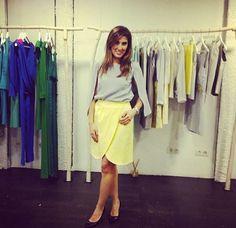 Cayetana de Miss Chic blog con falda tulipán amarilla y blusa capa gris