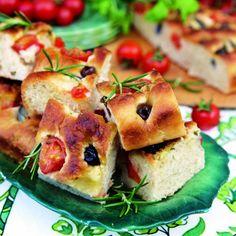 Focaccia i långpanna är ett lättbakat bröd fylltmed cocktailtomater,svarta oliver, rödlökoch rosmarin. Här hittar du ett underbart recept på italiensk focaccia med olivolja, rosmarin, oliver och tomater. Ett festligt bröd till buffén eller middagen!
