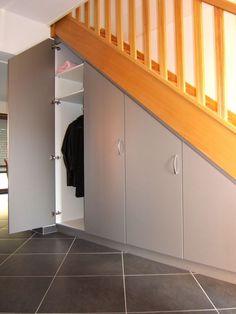 Des placards coulissants pour aménager le dessous de cet escalier et faire disparaître manteaux, chaussures, aspirateur, sacs de courses... Tous ce dont nous n'avons pas envie de voir. Et vous ? Comment avez-vous fait ?