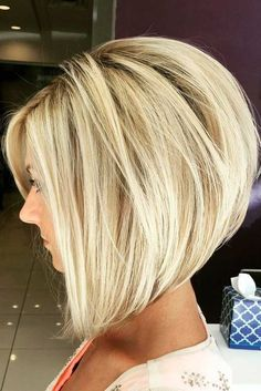 chic short hair styles are easy to do. Find out the best chic short hair styles you can try this winter that are going to be a hair trend of Modern Bob Hairstyles, Stacked Bob Hairstyles, Hairstyles 2018, Latest Hairstyles, Blonde Hairstyles, Curly Hairstyles, Pixie Haircuts, Hairdos, Wedding Hairstyles