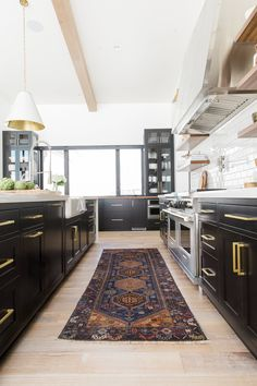 Black cabinets, quartz counter tops, white subway, white oak floors. Black and white kitchen || Studio McGee