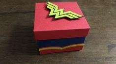 Caixa confeccionada com papel color plus 180gr.  Para um bombom tipo sonho de valsa. Wonder Woman Party, Color Plus, Hero Girl, Explosion Box, Valentine Box, 1st Birthday Parties, Geek Stuff, Superhero, Toys