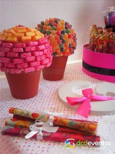 Topiarios dulces, golosinas personalizadas y torta de golosinas.