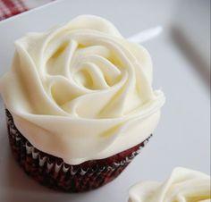 La buttercream de chocolate blanco tiene un sabor exquisito que seguro que no defraudará a los amantes de lo dulce. Buttercream Cupcakes, Buttercream Recipe, Fondant Cakes, Cupcake Cakes, Chocolates, Cookie Time, How Sweet Eats, Cakes And More, Party Cakes
