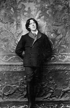 The poet and writer Oscar Wilde was the leading personality of the Aesthetic Movement. He promoted the philosophy of art for arts sake in a series of lectures in America and Britain. Oscar Wilde, Book Writer, Book Authors, Vintage Photographs, Vintage Photos, Dorian Grey, Foto Real, Writers And Poets, Aesthetic Movement