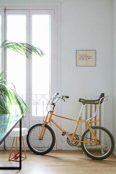 Sin conservantes - AD España, © Asier Rua En la casa de uno de los impulsores de 'Linda Limón' descubrimos un hogar como un refresco: sencillo, colorido, natural y sin conservantes. En su despacho, una bicicleta y un cuadro de Yolanda Andrés.