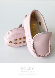 DOLLY by Le Petit Tom ® BABY MOCCASIN 7MO BIANCO LIGHT PINK LEATHER + Leather lining. Just like little Doll shoes. Classic Moccasin. Exclusieve Italiaanse licht roze babyschoentjes van echt suede leer en leer gevoerd. Rubberen nopjes onder de zool.Handmade in Italy DOLLY Mocs are comfortable & cute!
