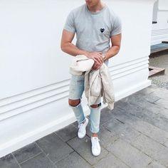 Acheter la tenue sur Lookastic: https://lookastic.fr/mode-homme/tenues/blouson-aviateur-beige-t-shirt-a-col-rond-gris-jean-skinny-bleu-clair/20650   — T-shirt à col rond gris  — Blouson aviateur beige  — Jean skinny déchiré bleu clair  — Tennis blancs