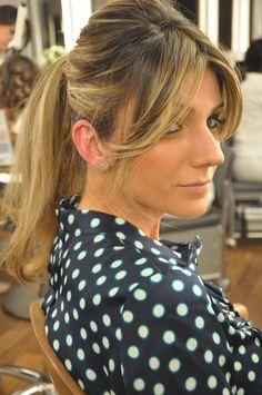 Penteado para mulheres com franja: rabo-de-cavo e franja repartida ao meio