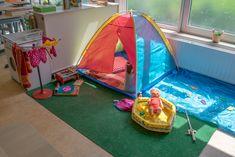 In groep 2/3 staat een heuse camping. De kinderen kunnen er kamperen, barbecuen, vissen en de pop in het zwembadje doen. Gegarandeerd uren speelplezier!