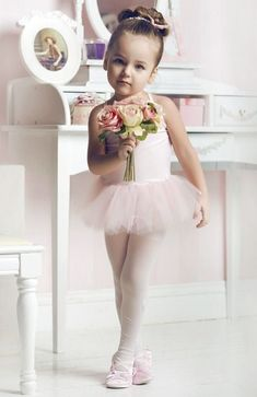 sweet ballerina in her tutu // can't wait till Nailea starts ballet classes this year. Ballet Style, Baby Ballet, Little Ballerina, Ballerina Hair, Ballerina Party, Poses, Kind Photo, Foto Baby, Tiny Dancer