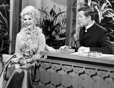 A purported quip by 'Tonight Show' host Johnny Carson regarding Zsa Zsa Gabor and her cat has become one of the most infamous of broadcast legends. Here's Johnny, Johnny Carson, Funny Sketches, Zsa Zsa Gabor, Eva Gabor, Tonight Show, Hollywood Icons, Ronald Reagan, Life Pictures