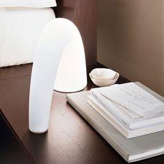 La lampe à poser Thor est signée de Pagani Perversi Architects en 2000 pour la maison Italienne Fontana Arte. #Thor #Fontanaarte #decoration #décoration #lighting #luminaire #paganiperversiarchitects #défenseéléphant #elephanttusk #tablelamp #lampeàposer #white #blanc