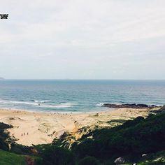 Considerada uma das mais belas praias do Brasil, Guarda do Embaú vai te encantar em todos os sentidos.  A praia é longa de areias claras e finas, as ondas quebram na boca do Rio da Madre, o acesso à praia é pelo rio, nadando ou de canoa. Existe uma pequena praia no canto Norte que pode ser alcançada por uma trilha , sem a necessidade de atravessar o rio. O vilarejo da cidade é simples, único e faz qualquer um ficar maravilhado. Com muito artesanato e comida boa, é um local para ficar e…