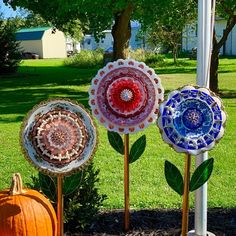 Vintage glass gets new life as a flower to be displayed and enjoyed by everyone! It is 11 Plate Flowers Garden, Glass Plate Flowers, Flower Plates, Most Beautiful Gardens, Beautiful Flowers Garden, Glass Garden Art, Glass Art, Garden Totems, Sculpture Garden