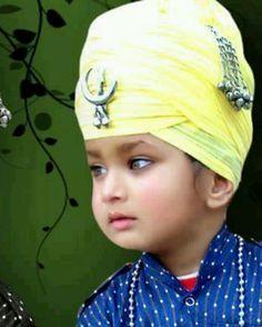 Singh World Religions, World Cultures, Cute Kids, Cute Babies, Kurta Pajama Punjabi, Guru Gobind Singh, Punjabi Culture, Happy Stories, Green Suit