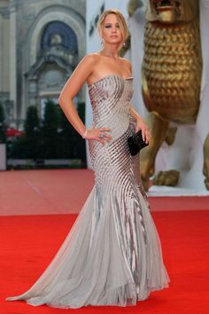 Jennifer Lawrence --- A silk Alberta Ferretti gown stands out on the red carpet for the Venice Film Festival Closing Ceremony. Jennifer Lawrence Style, Jenifer Lawrence, Carolina Herrera, Celebrity Red Carpet, Celebrity Style, Celebrity Dresses, Celebrity Photos, Marchesa, Red Carpet Gowns