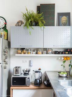 Cozinha integrada de apê compacto móveis soltos que podem ser levados para o próximo apê do casal.