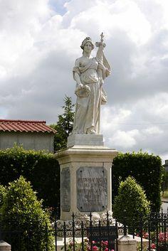 Le monument aux morts de Boutiers-Saint-Trojan, en Charente. Poitou-Charentes