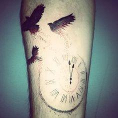 Reloj | 50 tatuajes hechos con puntos que son realmente impresionantes