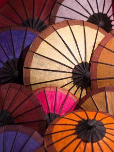 "sendmetoasia:  ""Khan Nyu"" Paper Umbrella (by vagabund-a)"