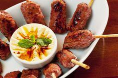 Kafta: preparados com carne de cordeiro, os espetinhos são bem temperados e têm interior úmido (Foto: Felipe Gombossy/Época São Paulo)
