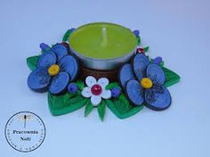 Znalezione obrazy dla zapytania quilling kompozycje z kwiatami Quilling Dolls, Quilling Tutorial, Paper Quilling, Candle Stand, Tealight Candle Holders, Light Crafts, Different Patterns, Paper Crafting, Candlesticks