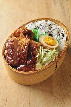 Panier complet riz, oeuf, salade ou choux chinois et côtelette de porc