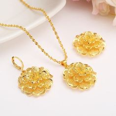 Dubai Gold Jewelry, Gold Jewellery Design, Golden Jewelry, Gold Earrings Designs, Color Dorado, Pendant Jewelry, Pendant Necklace, Gold Pendant, Bridal Jewelry Sets