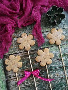 Diós keksznyalóka recept - Kifőztük, online gasztromagazin Red Velvet, Muffin, Gingerbread Cookies, Sweet, Decorations, Dios, Gingerbread Cupcakes, Candy, Dekoration