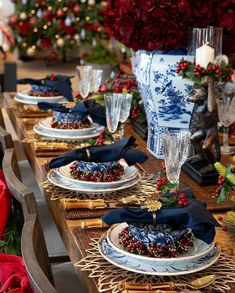 Christmas Tablescapes, Christmas Table Decorations, Decoration Table, Christmas Colors, White Christmas, Candle Rings, Table Arrangements, Dinnerware, Table Settings