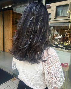 前回より暗めにしてもらった❤︎ . 去年の黒染めがいい感じに抜けて より白っぽいハイライトに❤︎ . 持ち良し・色落ちの仕方も綺麗・ブリーチ毛も黄色くならず、何も言わなくても思い通りにしてくれる服部さんは神。 若き天才美容師さん❤︎ . お忙しい中、いつもありがとうございます これからもお世話になります . #髪色は自由でいたい #カリスマ美容師 #4ヶ月ぶりの美容院 #ズボラです #なのにまだ行かなくても平気なくらい綺麗な髪色w #これぞ技術力