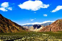 Paisaje camino a la ciudad de Mendoza, Argentina