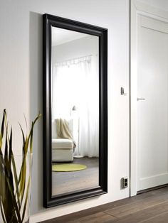 Bei kleinen Räumen denken wir automatisch an kleine Möbel und Accessoires. Doch gerade kleine Räume profitieren von großen Möbelstücken. Ein großer Spiegel...