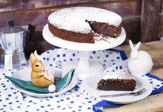 Tudom, hogy majdnem minden sütire azt mondom, hogy a kedvencem, de hát ez a caprese torta tényleg az! Egyrészt azért, mert két pillantás alatt össze lehet dobni, másrészt pedig azért, mert isteni krémes, naggggyon csokis, nagyon mandulás és nagyon finom! Nálam ez idén biztosan leváltja a répatortát! Classic Desserts, Pound Cake, Vanilla Cake, Cake Recipes, Deserts, Cooking Recipes, Keto, Favorite Recipes, Street
