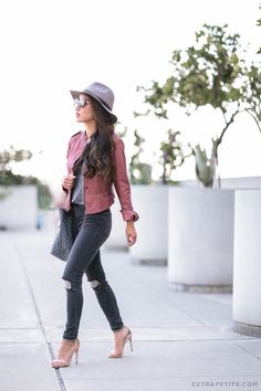 casual fall outfit // faux leather jacket + ripped gray skinny jeans (both come in sizes that fit petite women! Extra Petite, Outfit 2016, Casual Chic, Casual Fall, Fall Outfits, Casual Outfits, Office Outfits, Under Armour, Diana