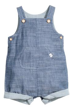 Dungaree shorts in soft, double-weave organic cotton with adjustable straps and buttons at the sides. Kangaroo pocket, press-studs at the crotch Toddler Vest, Toddler Boy Fashion, Little Boy Fashion, Kids Fashion, Toddler Jumpsuit, Salopette Short, Salopette Jeans, Baby Outfits, Kids Outfits