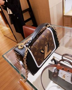 top quality replica handbags, louis vuitton replica, chanel replica, dior replica, hermes bag replica, Where to obtain this purses🖤👉🏻👉🏻click image/video to reach our site or check our website: or ☎️WhatsApp: +8618666021721 👈🏻👈🏻 ▪️▪️▪️ ✈️Worldwide Express Shipping🌏 ▪️▪️ Repin it if you like my posts :) #burberry #gucci #louisvuittoncloth #prada #celinebag #bvlgari #hermesbag #burberrybag #lvbag Luxury Purses, Luxury Bags, Dior Handbags, Purses And Handbags, Burberry Handbags, Fendi, Best Designer Bags, Dior Designer, Sacs Design