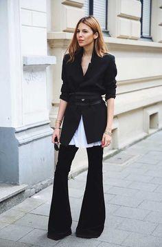 Maja Wyh usa calça flare com camisa branca e blazer preto com sobreposição de…