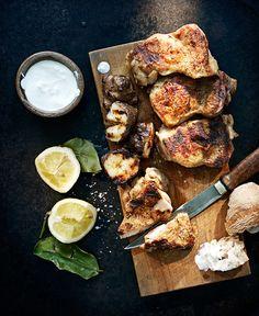 Grillade kycklinglår med jordärtskockor och yoghurtdipp