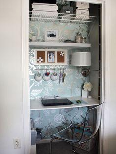 クローゼット使用例椅子が透明、壁紙が派手、照明が壁付なのもよい