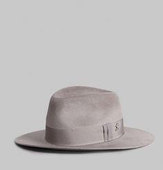 Chapeau de type fedora, en feutre de lapin gris, ruban ton sur ton, petit L sur…