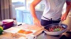 Le video ricette: riso venere al salmone norvegese - condire con trito